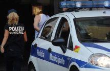 PROSTITUZIONE: BLITZ IN VICOLI NAPOLI, SPAZZINO TRA CLIENTI