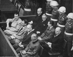 Imputati alla sbarra. Prima fila, da sinistra: Göring, Hess, von Ribbentrop, Keitel. Seconda fila, da sinistra: Dönitz, Raeder, Schirach, Sauckel.