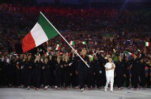 La delegazione olimpica italiana, guidata dalla nuotatrice Federica Pellegrini. (Cameron Spencer/Getty Images)